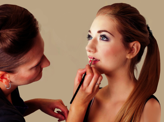 善用化妝技巧,將唇線上提,縮短人中。