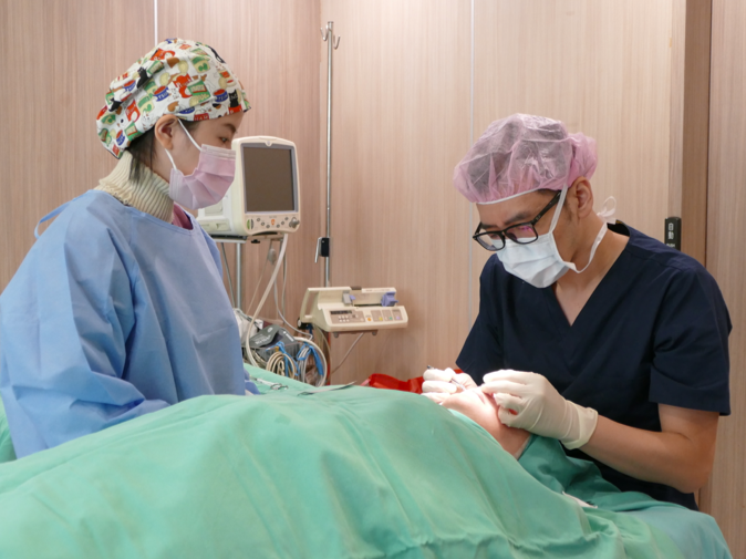 張醫師在手術時非常謹慎。
